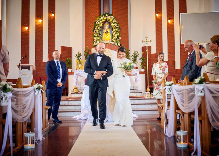 Wyjście Pary Młodej - ślub w kościele Saletynów w Mrągowie