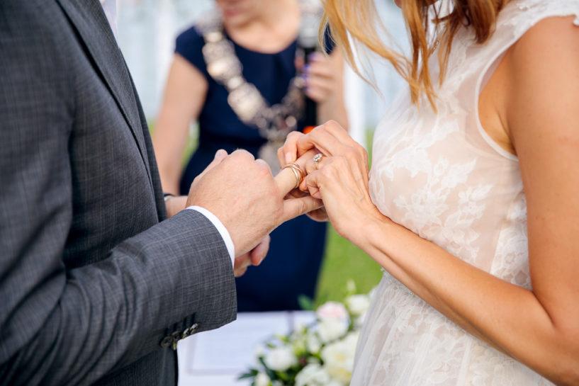 Zakładanie obrączek - ślub cywilny w Starych Sadach