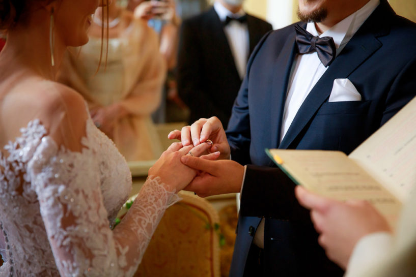 Zakładanie obrączek - Ślub w Zamku Biskupów Warmińskich