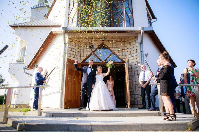 Wyjście Pary Młodej - ślub w kościele Honorata w Mrągowie