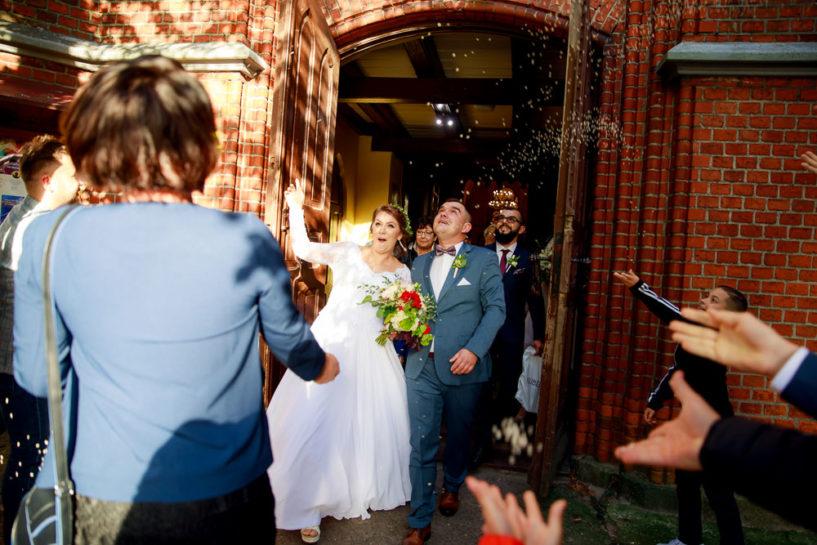 Wyjście Pary Młodej - ślub w kościele Św. Wojciecha w Mrągowie